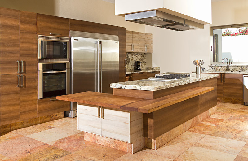 Madera vs materiales especializados por qu elegir for Cocinas integrales con isla al centro