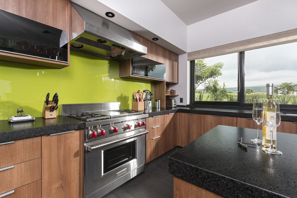 C mo combinar acabados amaderados para dise ar una cocina for Acabados cocinas modernas
